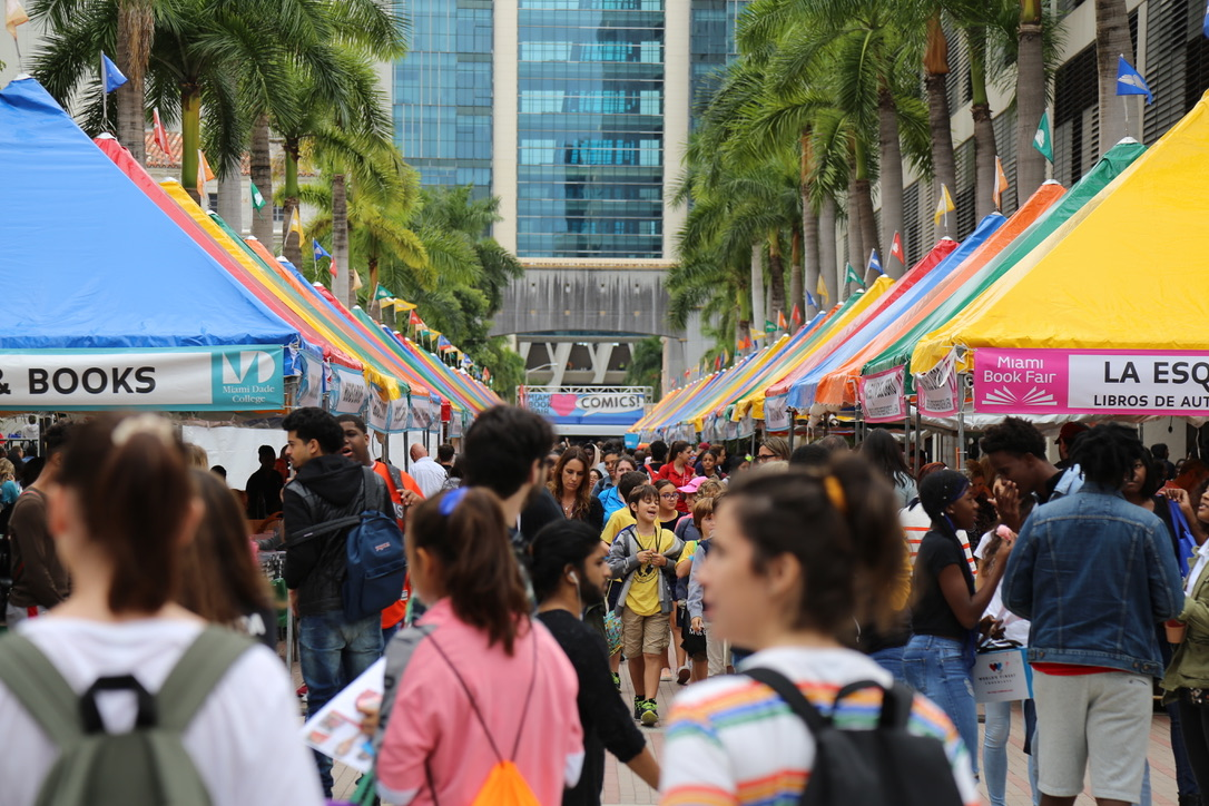 Miami Book Fair Bombards Downtown With Books El periodista y escritor peruano ganó tres emmy a lo largo de su carrera. miami book fair bombards downtown with