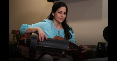 Beatriz holding the Hurdy-gurdy.