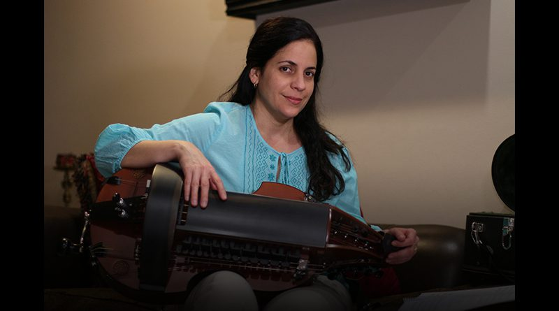 Beatriz holding the Hurdy-gurdy.