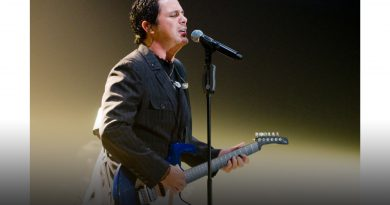 Alejandro Sanz singing.