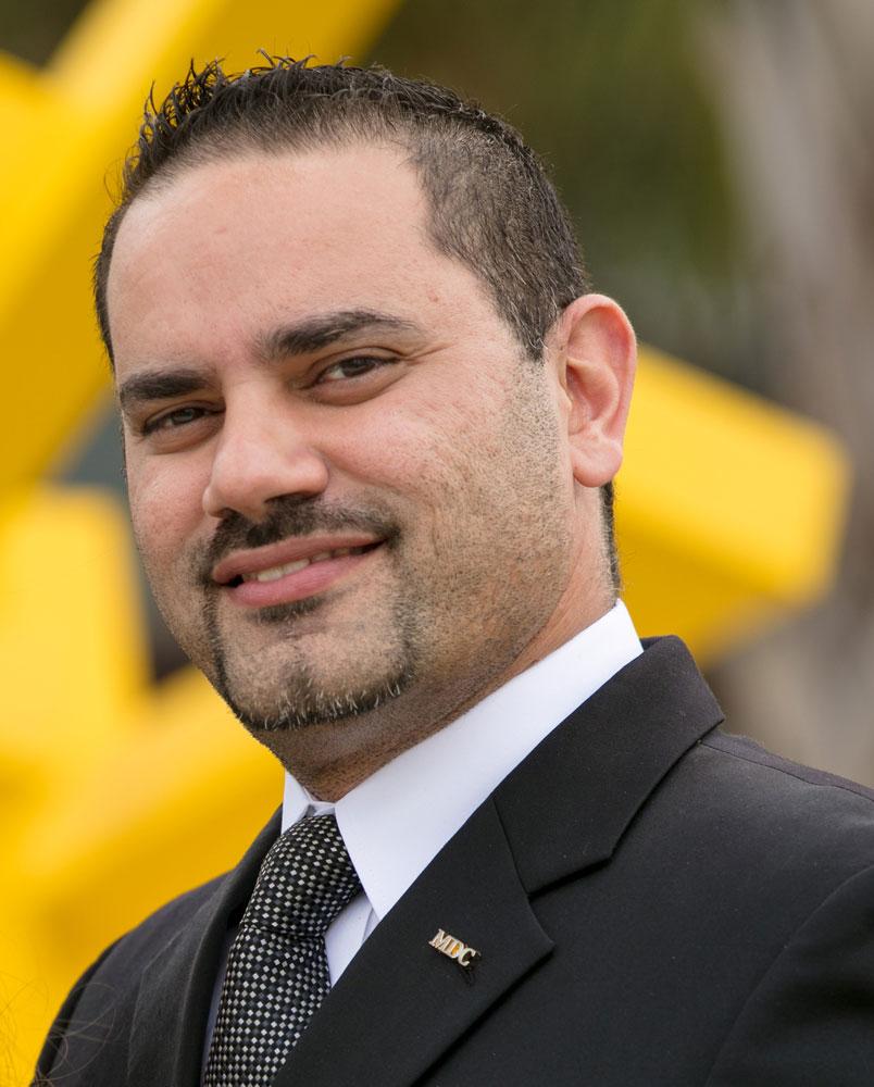 Yakir Fernandez headshot.